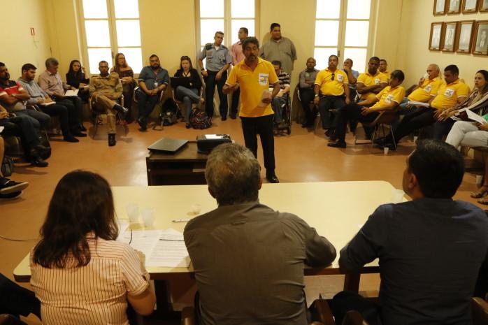 Taxistas e motoristas de aplicativo debatem prestação do serviço de transporte de passageiros