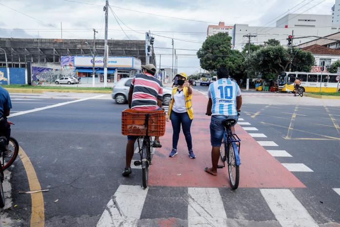 Ação educativa de trânsito leva segurança às ciclofaixas de Belém