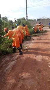 Agentes da Sesan realizam limpeza da alameda Marajoara, no bairro do Tapanã